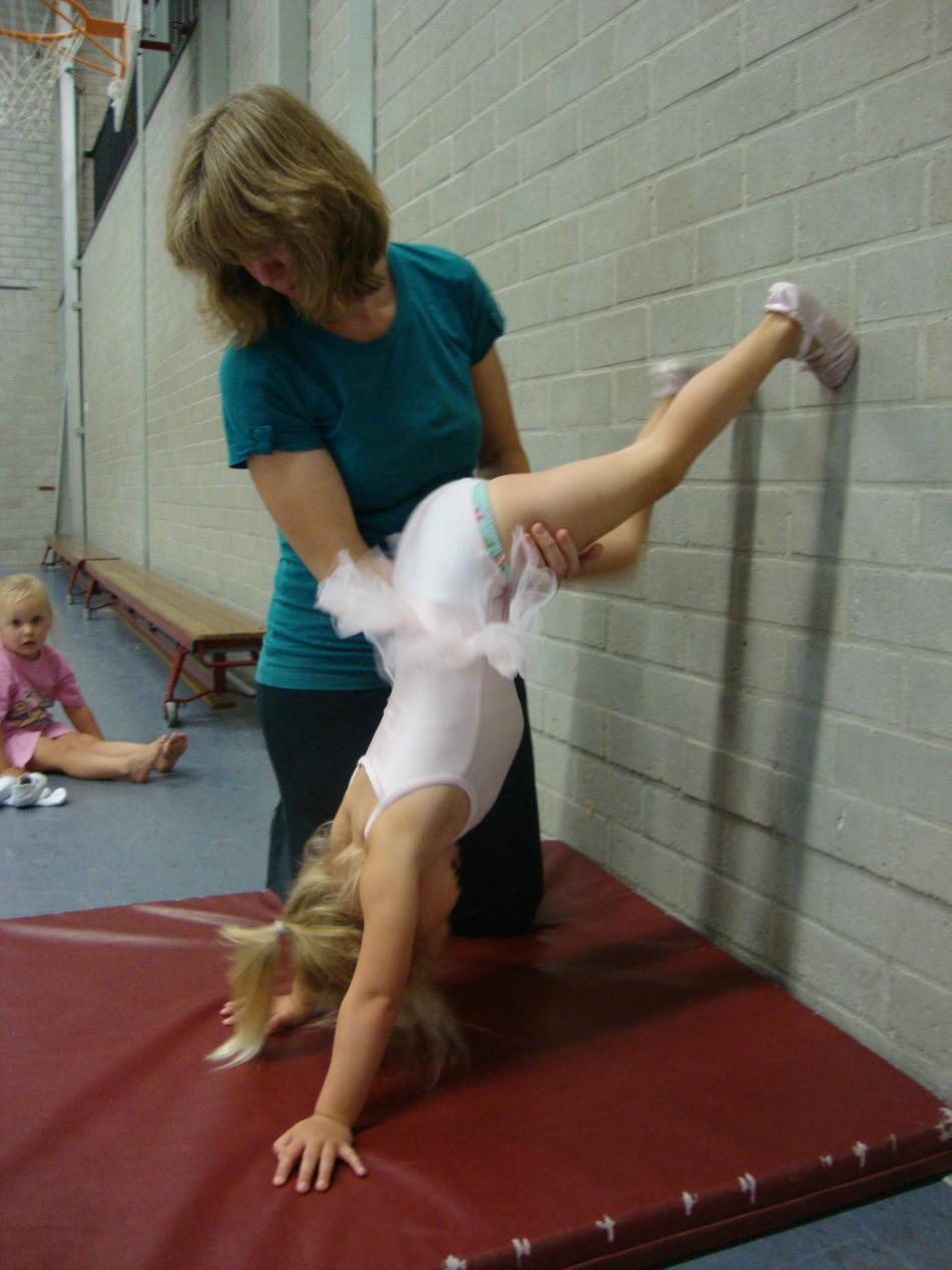 Kleutergymnastiek 3: Tegen de muur oplopen